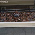 Balkon dan railing besi tempa klasik di balkon perumahan depok maharaja