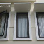Jendela alumunium rumah minimalis klasik di kavling sudut depok maharaja