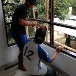 Pemasangan kusen dan kaca jendela sudut pada rumah minimalis di depok maharaja dtc