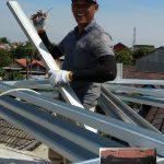 Pemasangan truss rangka atap baja ringan dengan penutup atap genteng full flat kanmuri