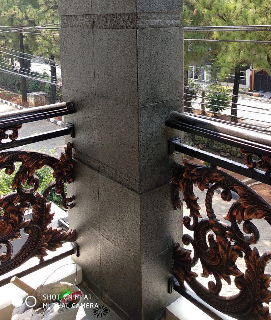 Railing besi tempa klasik di balkon perumahan depok maharaja