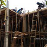 Begisting dan perancah plat beton lantai 2 sudah terpasang dan siap untuk dirangkai besi