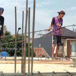 Pemasangan besi balok beton dengan panjang 7 meter untuk dag lantai 2 rumah cibubur