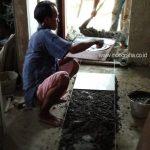 Proses pasang keramik lantai 2 rumah kos minimalis jalan margonda depok